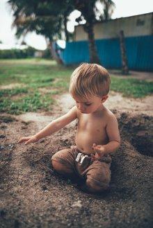 Glücklich ohne Spielsachen: Buddeln, entdecken und draußen sein