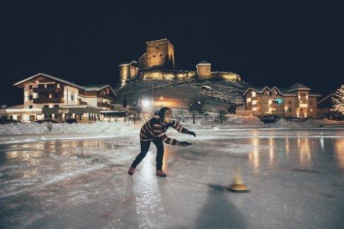 Eisstockschießen auf dem Dorfteich in Ladis