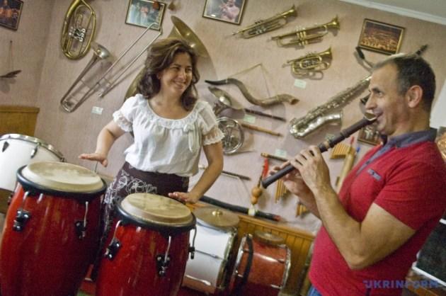 Петро Катола із дружиною Антоніною грають на раритетних інструментах