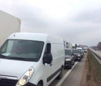 Трассу Киев-Чоп перекрыли дорожники