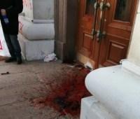 """Активисты движения """"Кто заказал Гандзюк"""" разлили кровь в Херсонской ОГА"""
