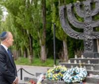 Спецпосланник США по вопросам антисемитизма почтил память погибших в Бабьем Яру