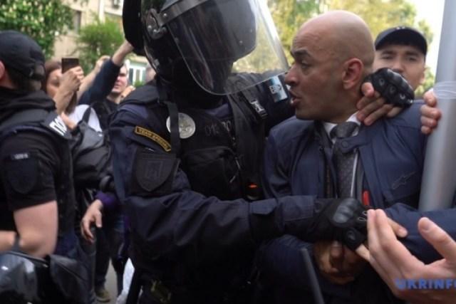 Митинг под МВД: произошла потасовка, полиция применила слезоточивый газ