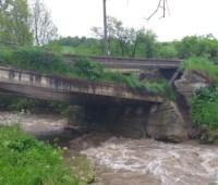 "На Закарпатье река разрушила мост и ""отрезала"" село"