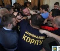 """Пикет под Львовской ратушей: выломанные двери и """"скорая"""""""