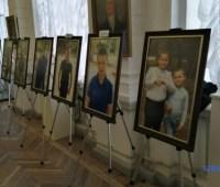 """В Херсоне открылась выставка """"Мой папа – герой"""" с участием детей погибших воинов"""