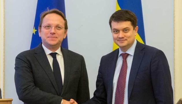 Razumkow spotkał się z komisarzem Várhelyi - o czym rozmawiali