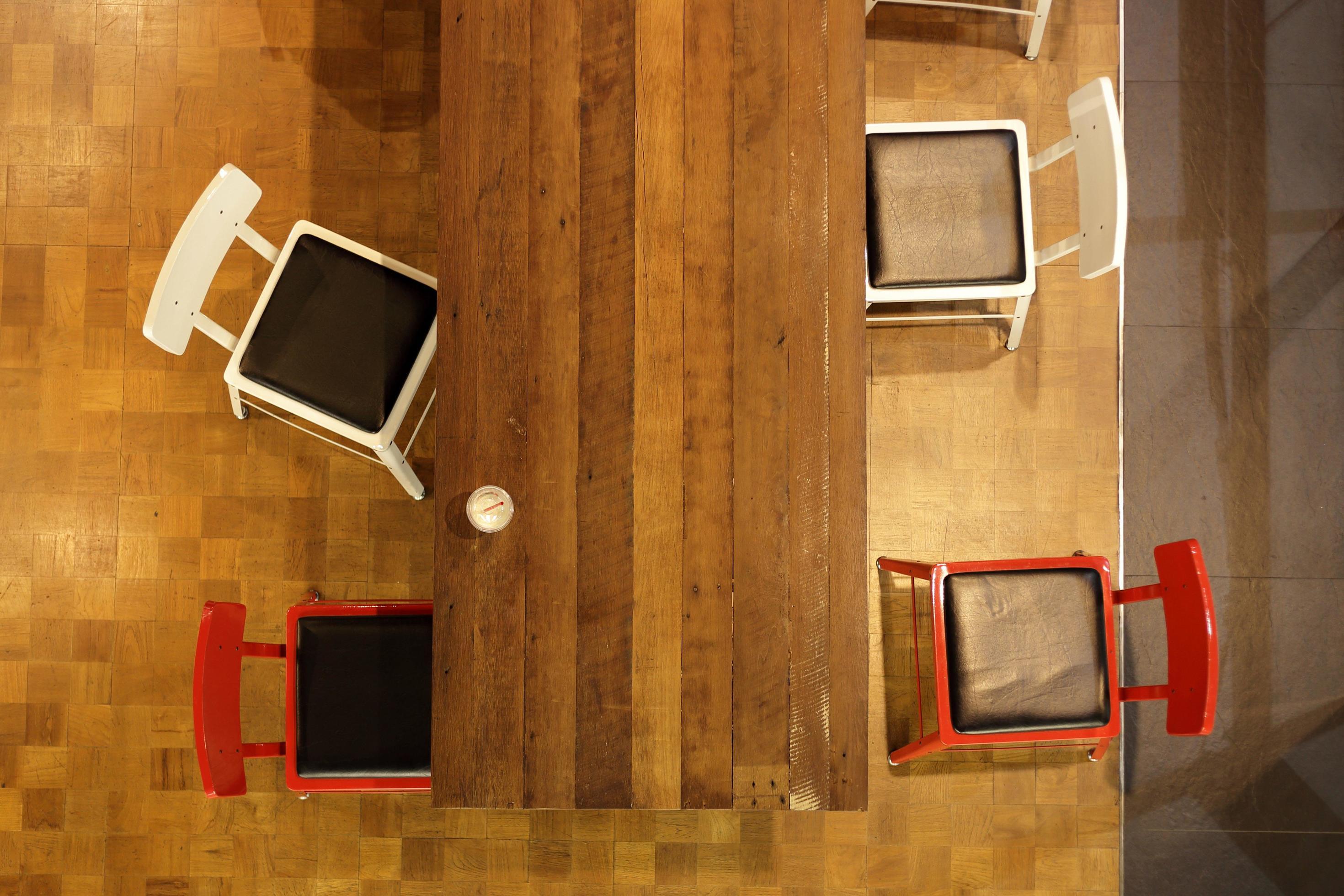 table en bois et chaises 1979968 banque