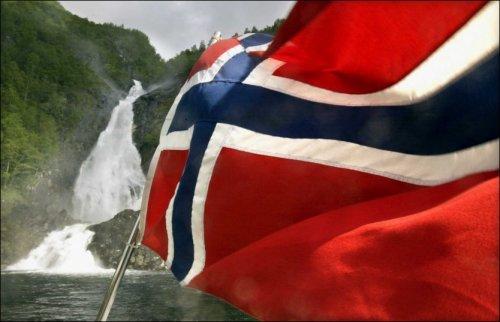 - IKKE I FARE: - Det norske flagget forblir som det er, sier forsker og jurist Njål Høstmælingen. Foto: Aftenposten