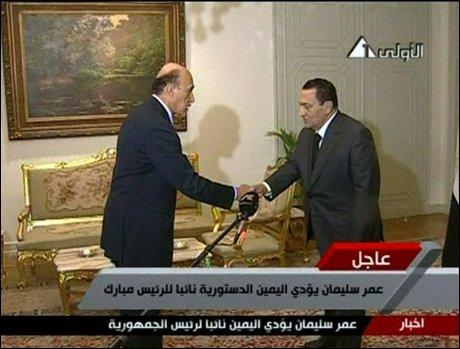 I TRØBBEL: Hosni Mubarak, Egypts president, har lørdag sverget inn Omar Suleiman som visepresident. Nå har han også Ahmad Shafiq ansvaret for å sette sammen ny regjering, etter at den forrige regjeringen ble sparket fredag. Foto: AP