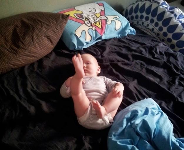 Idun upptäcker sina fötter