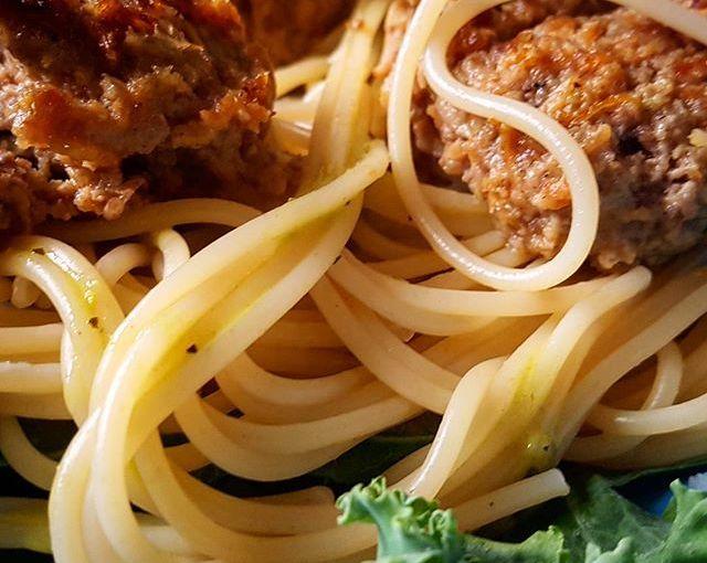 Barnet ville ha spagetti och köttbullar. Mamma fixar. Mammas sätter en hel morot och en del lök i bullarna. Barnet vill inte ha köttbullar längre. #nähä #åretsmamma #köttbullar #meatballs #noteragrönkålen