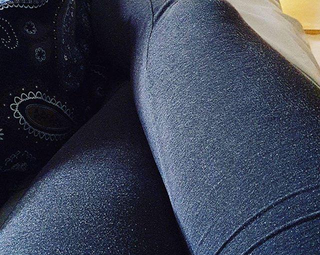 De här benen är jättetrötta och vill inte alls röra sig. Det är problematiskt eftersom jag gärna vill bli buren till ställen… #jagärtrött