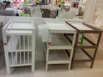 Skötbord på IKEA. 999 kr för det till vänster, 699 kr för de andra två.