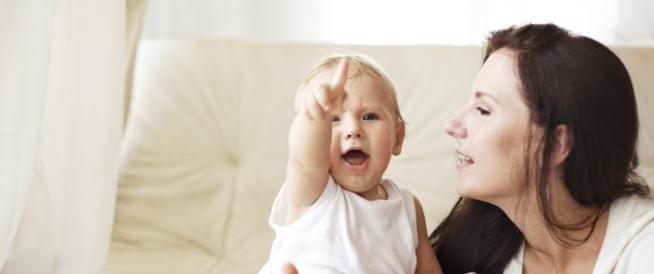 متى يبدأ طفلي بالكلام وما هي مراحل اكتساب اللغة ويب طب