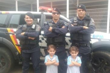 PMDF Comparece a Festa de Aniversário e Alegra Gêmeos Fãs de Policiais