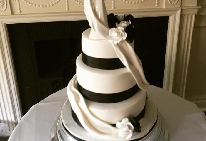 Black And White Wedding Cake Circle Of Love Wedding Cake Elegant