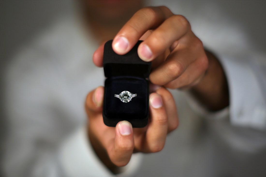 Hacks To Know Your Girlfriend's Ring Size Before Proposing