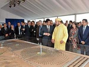 Vua Marocco Mohammed VI bên mô hình nhà máy điện Mặt trời tương lai.