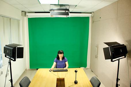 Giảng viên chuẩn bị bài tại phòng thu hình