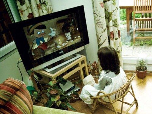 Xem tivi nhiều không chỉ ảnh hưởng đến sức khỏe mà còn ảnh hưởng đến sự phát triển của con (Ảnh minh họa)