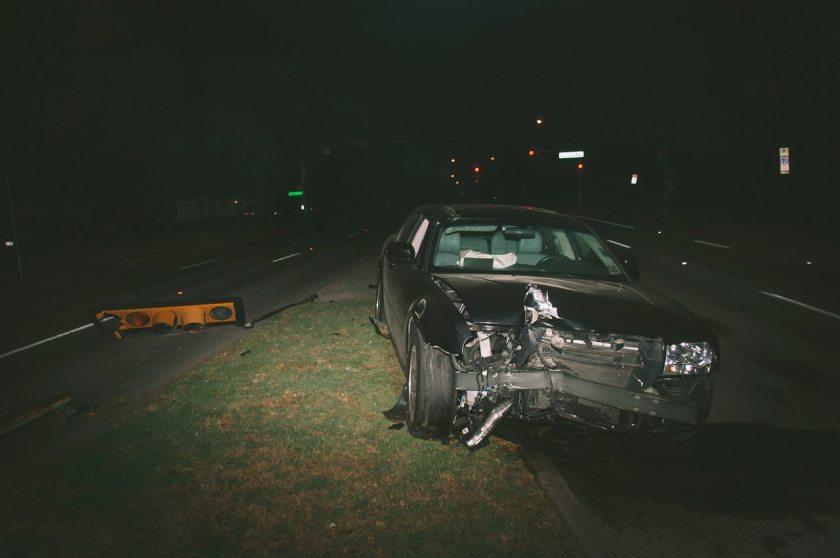 carro preto batido semaforo acidente a noite