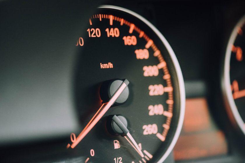 zoom no velocimetro do carro