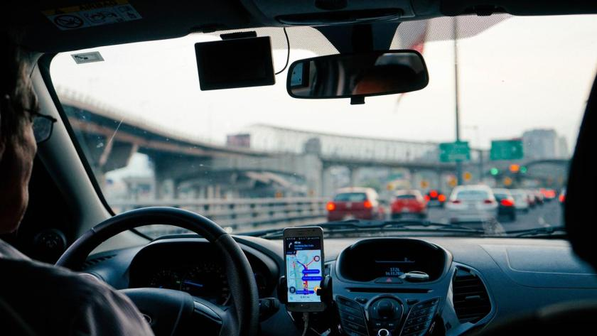 motorista dirigindo com waze ligado