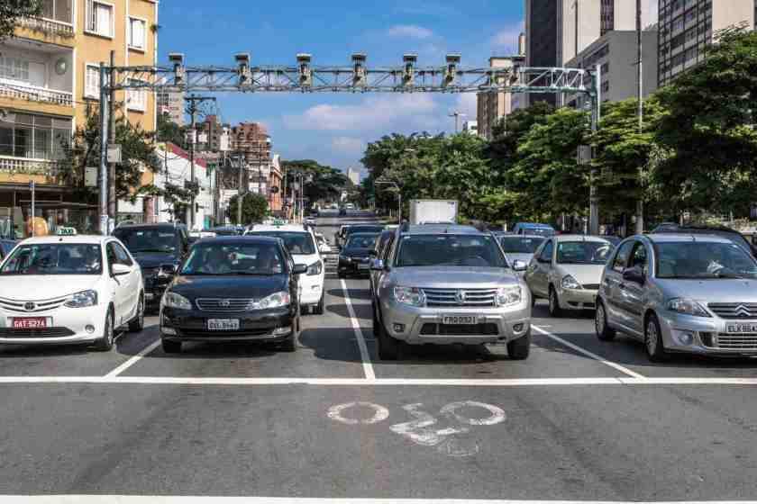 carros parados no sinal vermelho esperando o farol abrir