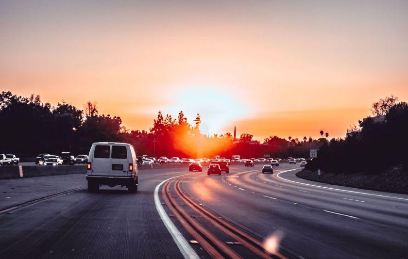 carros na estrada no fim de tarde