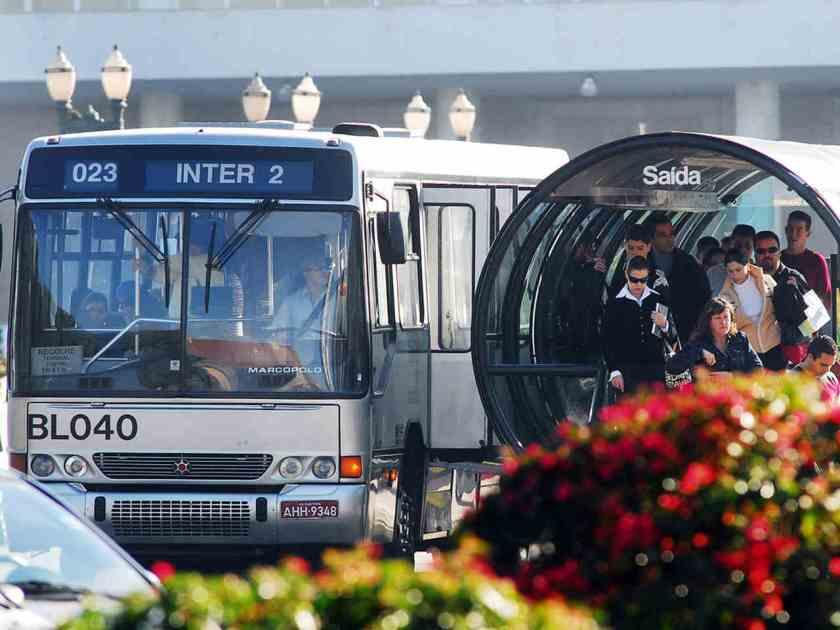 Curitibanos saem das estações de tubo do BRT