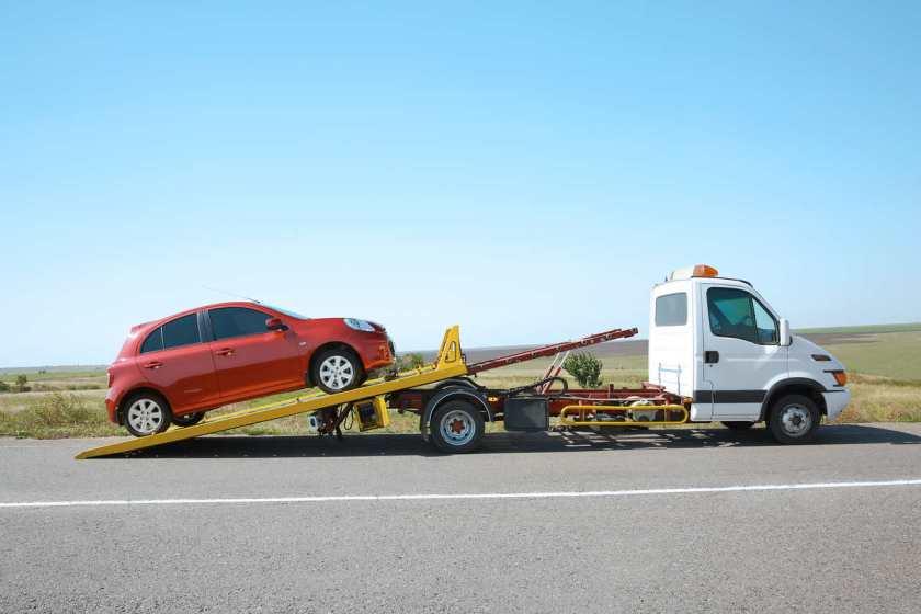 carro sendo guinchado na estrada
