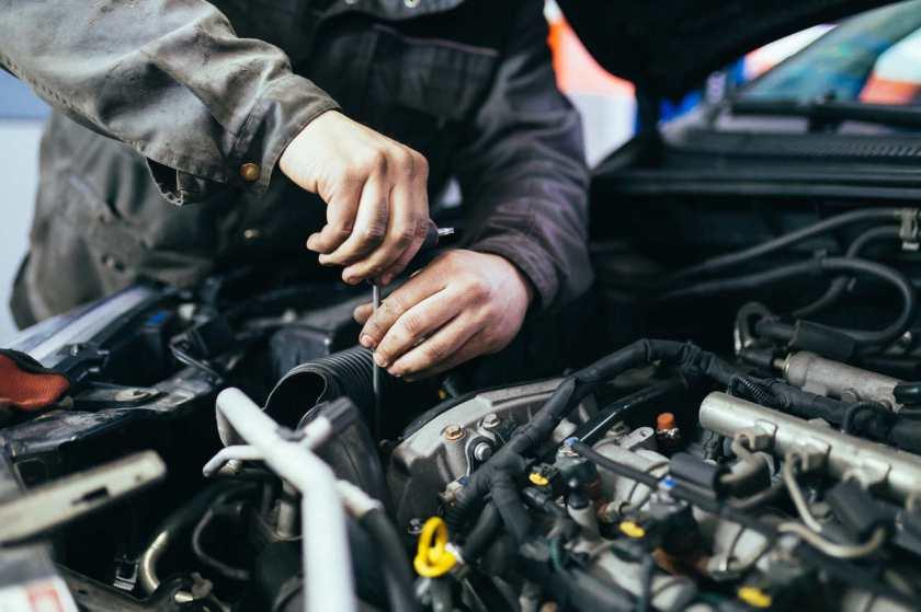 mecânico conserta motor do carro em oficina mecânica
