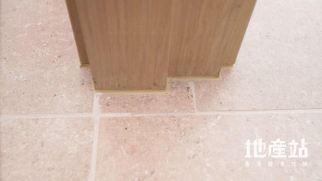 房門口的鋪磚有少少挑剔位,瓦仔沒有𠝹成門框的形狀。