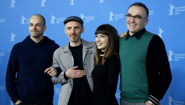 Los actores de 'T2: Trainspotting' Jonny Lee Miller (izquierda), Ewen Bremmer y Anjela Nedyalkova junto al director Danny Boyle (derecha).