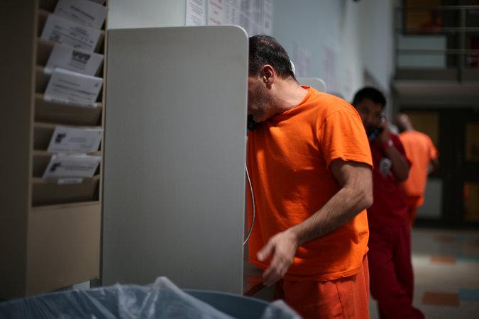 Un migrante en el centro de detención Adelanto, en California, durante una llamada CreditLucy Nicholson/Reuters