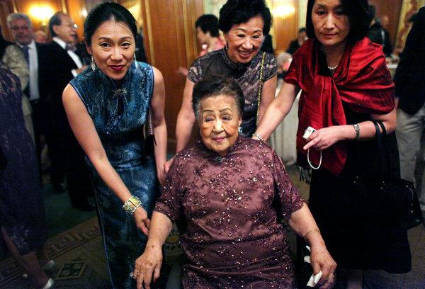 2012年,曼哈顿皮埃尔酒店(Pierre Hotel),顾严幼韵(中)在其107岁生日派对上摆姿势拍全家福。