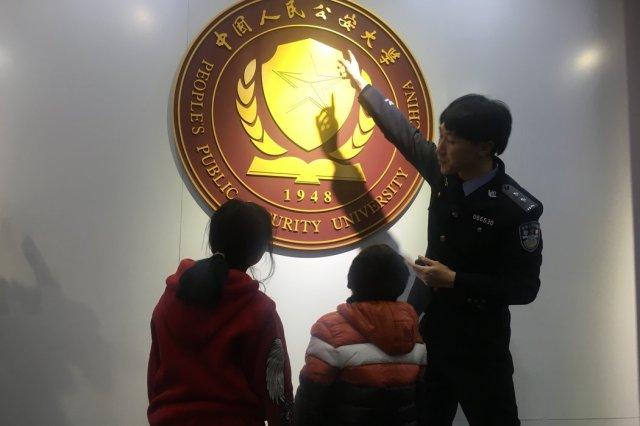 王福满和他的姐姐在北京参观中国人民公安大学。