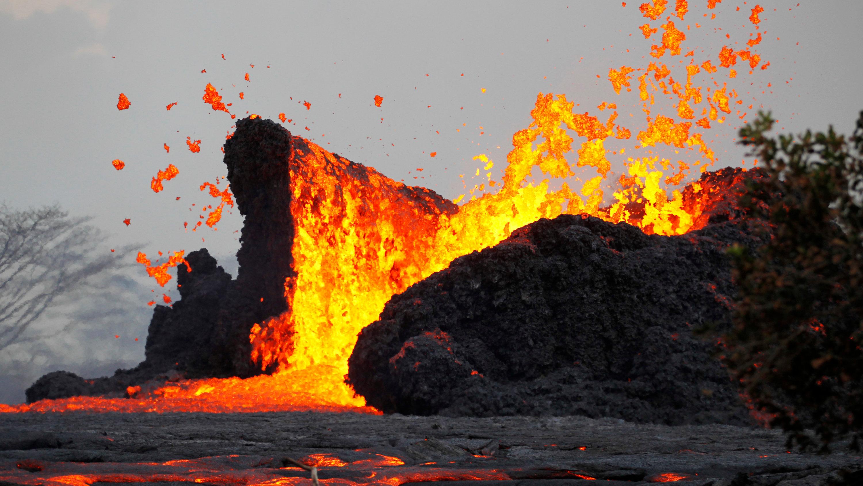 Kilauea Volcano Erupts On Hawaii S Big Island But Scientists Say It S Not The Big One