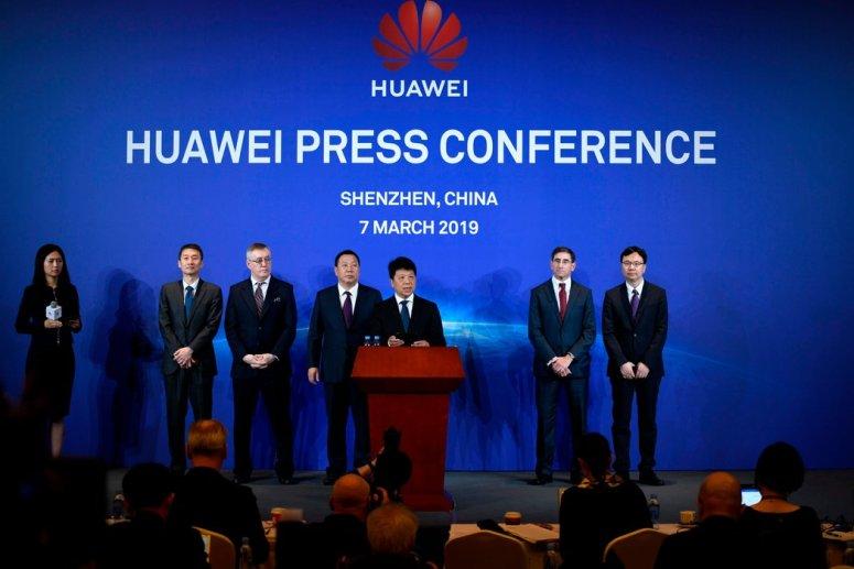 华为轮值主席郭平(中)周四在深圳的新闻发布会上。华为的起诉将迫使美国更公开地阐明对这家公司的指控。