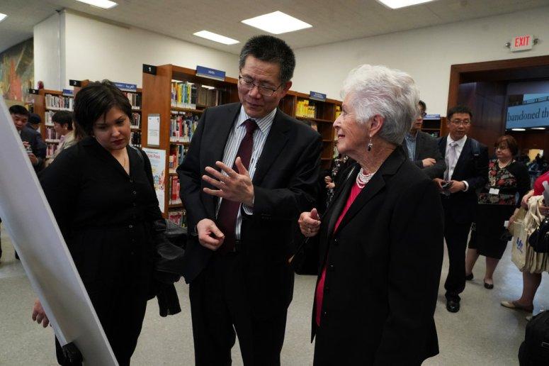 """乔克林·伍德、弗兰克·徐和贝蒂·格里本希考夫在布鲁克林公共图书馆的""""上海犹太难民""""展览现场。"""