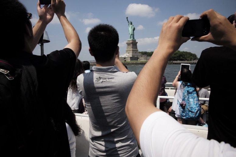 2014年,中国赴美游客拍摄自由女神像。