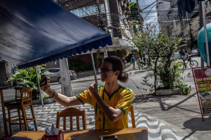 Matheus Dominguez graba un video desde Niterói. Dijo que YouTube fue clave en su transición hacia la derecha política.