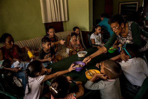 En marzo de 2019, un grupo de niños come en una casa de asistencia en Caucagüita.