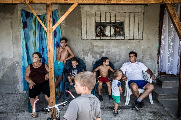 Termelők otthon egy sertéstenyésztő telep mellett, amelyben Mészáros Lőrincnek, Orbán gyerekkori barátjának is van részesedése. A szocializmusban itt termelőszövetkezet volt.