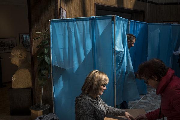 Los votantes ucranianos acudieron a las urnas en abril para elegir a su presidente. Volodímir Zelenski ganó de manera contundente.