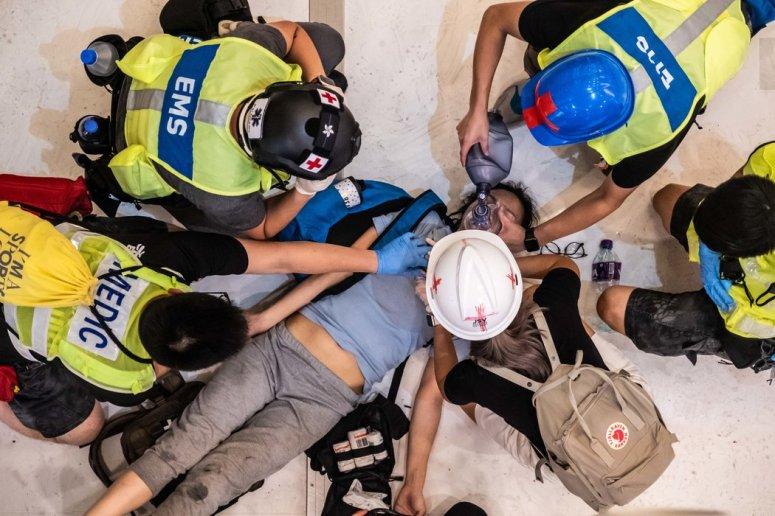 今年7月,志愿者在一家购物中心救治了一名受伤的女子。那里的抗议者与警察发生了冲突。