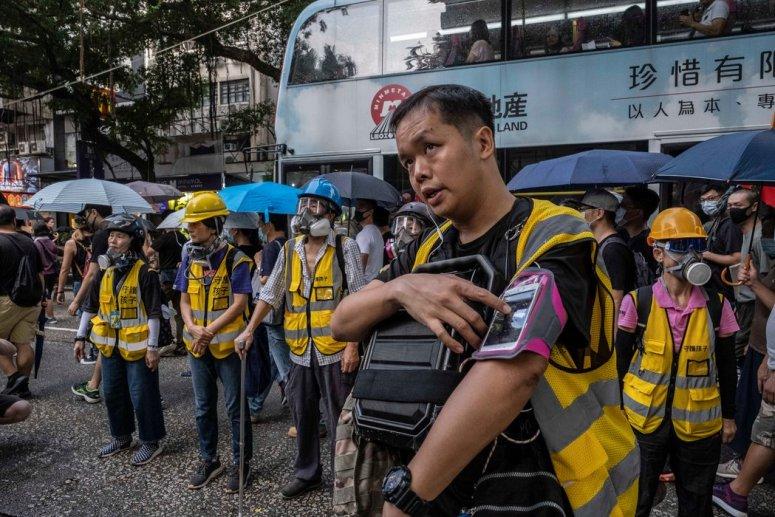上个月,在香港的一次抗议活动中,守护孩子组织的志愿者。