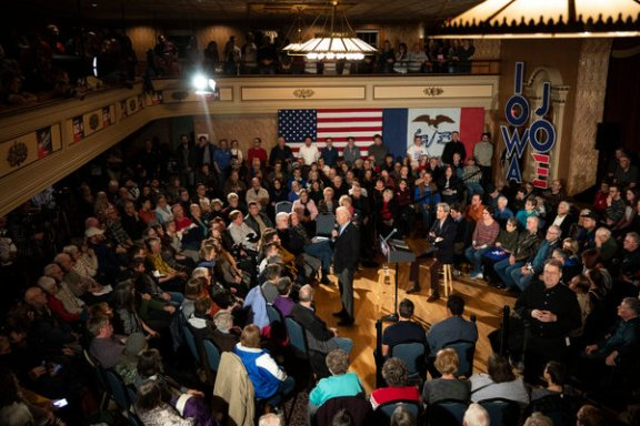 Mr. Biden campaigned with former Secretary of State John F. Kerry in Decorah, Iowa.