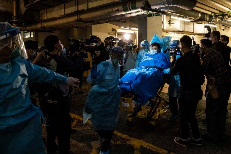 周三,医务人员将一名据信是香港首例武汉冠状病毒肺炎患者送至医院。
